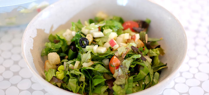 Salade met appel, koolrabi en honingvinaigrette