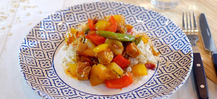 Zoetzuur varkensvlees met wokgroenten, paprika, ananas en rijst