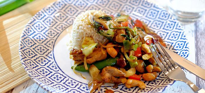 Kip siam met wokgroenten, shiitakes en rijst