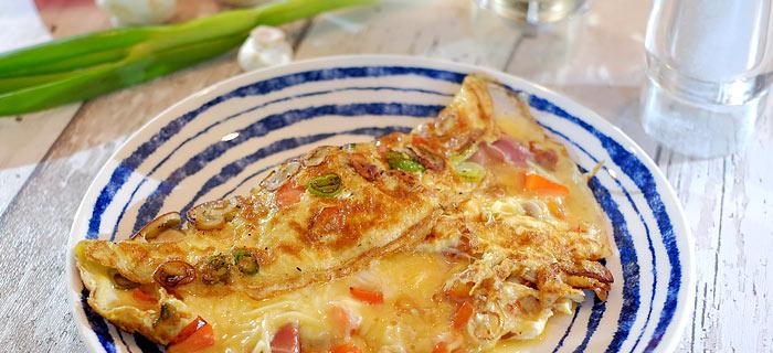 Omelet met champignons, paprika, lenteui, gedroogde ham en belegen kaas