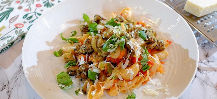 Pasta met groenten en in pesto gebakken champignons en kip
