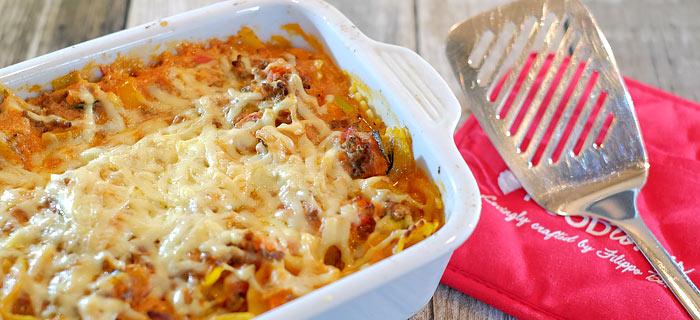 Pasta-ovenschotel met ricotta-tomatensaus, groenten, gehakt en gesmolten kaas