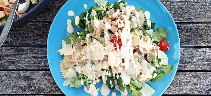 Pastasalade met veldsla, tonijn, tomaatjes, appel, komkommer, Parmezaan en dressing