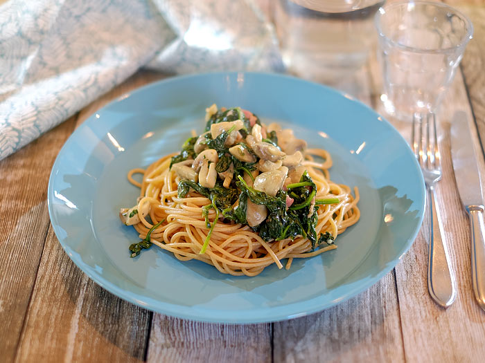Spaghetti met spinazie, champignons, Boursin en gebakken spekjes