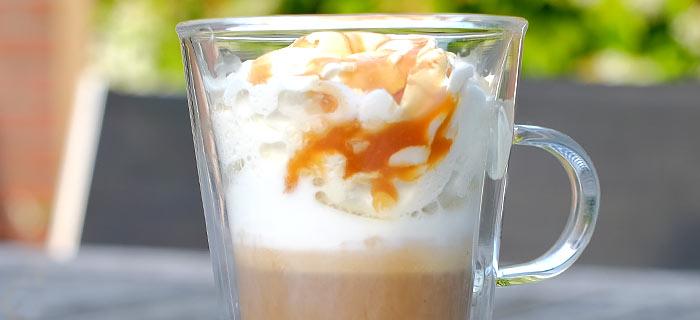 Iced caramel macchiato met slagroom