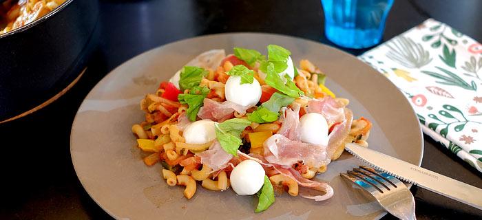 Macaroni met groente, champignons, pancetta en mozzarella