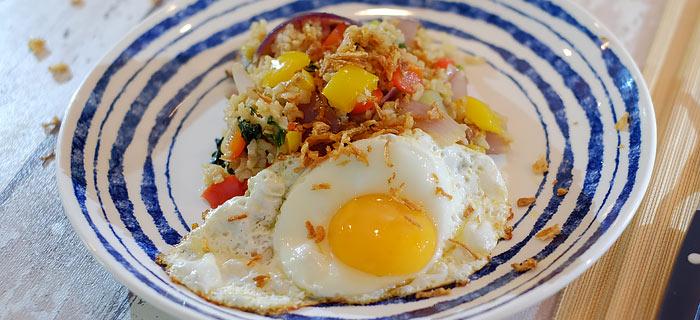 Rijst met paksoi, shiitake, oesterzwam en gebakken ei