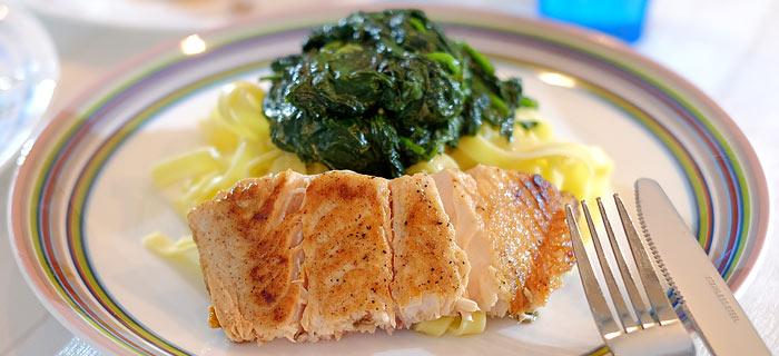 Tagliatelle met spinazie, roomkaas en gebakken zalm