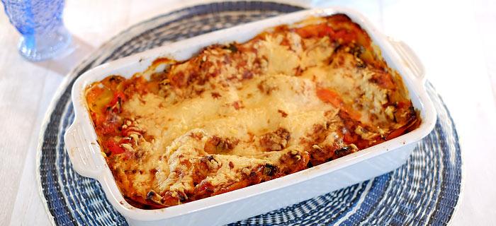 Zomerse lasagne met paprika, courgette, tomaat, mozzarella en kaas