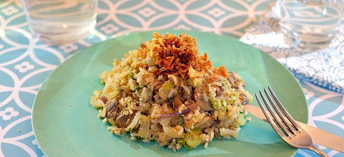 Nasi goreng met paksoi, prei, champignons, taugé en meegebakken eieren