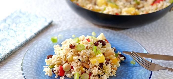 Pannetje rijst met bonen, paprika, ananas en rozijnen