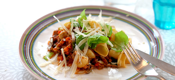 Pipe rigate met groenten, gehakt, pesto en tomatensaus met Parmezaan