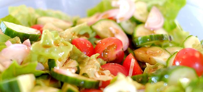 Snelle salade van ijsbergsla, tomaatjes en walnoot met honing- en balsamicodressing