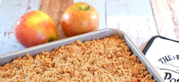 Appel-kruimelplaatkoek met hazelnoot en kaneel