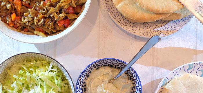 Broodje shoarma met paprika, champignons, rode ui en knoflooksaus