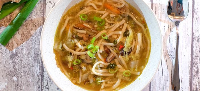 Oosterse groentesoep met paksoi, Chinese kool, shiitakes en taugé