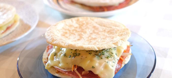 Pita pizzabroodje met rode pesto, salami, chorizo, rauwkost en kaas