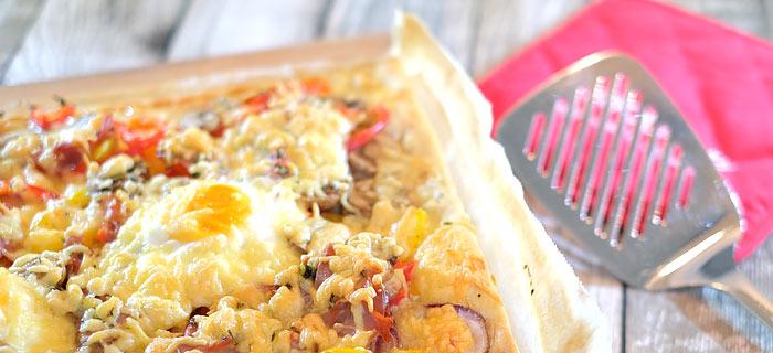 Plaattaart met crème fraiche, paprika, champignons, ham, kaas en ei
