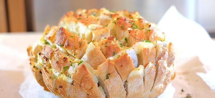 Plukbrood met brie, gesmolten knoflookboter en peterselie