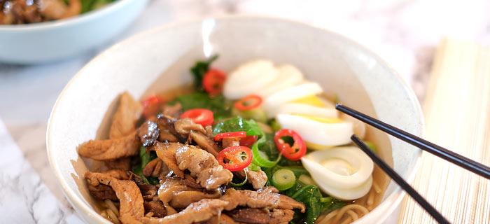 Ramen noedelsoep met spinazie, shiitakes en varkensvlees