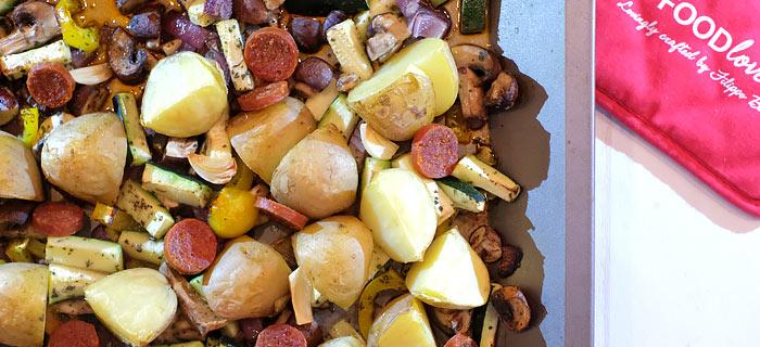 Traybake met aardappels, courgette, paprika, paddenstoelen, chorizo en veldsla