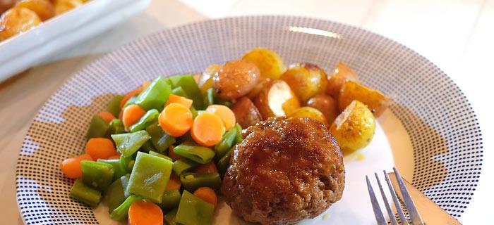 Aardappeltjes uit de oven, snijbonen, worteltjes en in blond bier gegaarde gehaktbal