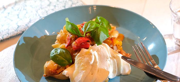 Pasta met paprika, tonijn, tomatensaus en mozzarella
