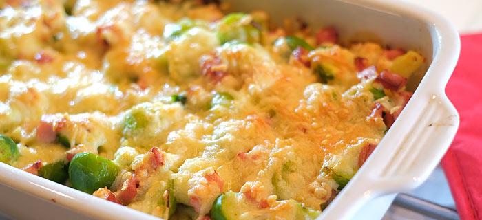 Spruitjes ovenschotel met krieltjes, gebakken spekjes en kaas