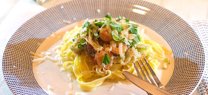 Tagliatelle met prei en champignons in roomsaus en knoflookgarnalen