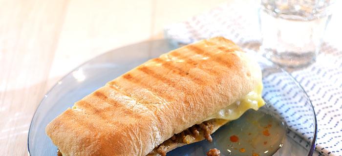 Panini met pittig gehakt en gesmolten kaas