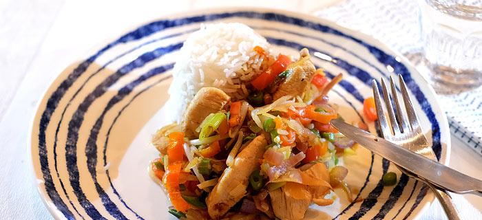 Geroerbakte prei, sperziebonen, paprika met zoetpikante kip en rijst