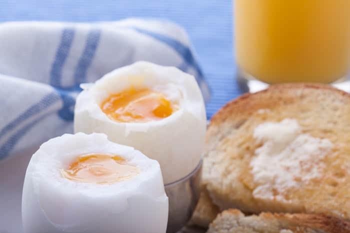 Geroosterd brood, gekookt ei en jus d'orange voor het ontbijt