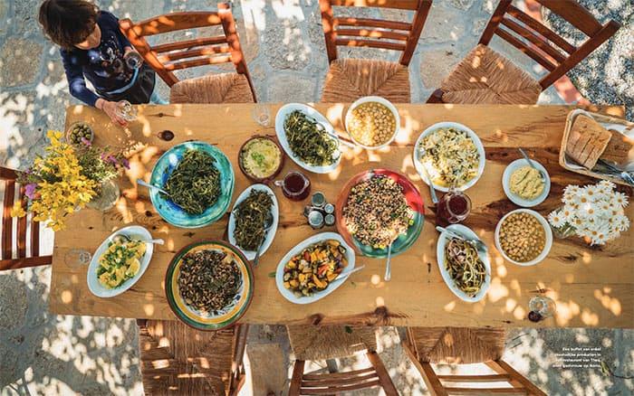 Foto van een tafel vol eten uit het Blue Zones kookboek van Dan Buettner