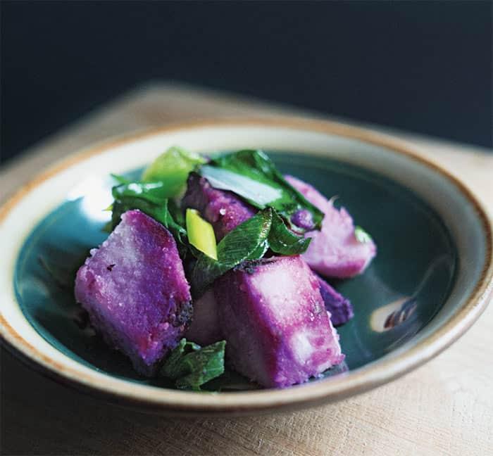Een foto van gestoomde paarse zoete aardappels, een van de recepten uit het boek